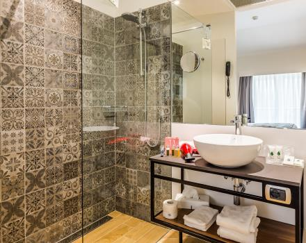 Bathroom with shower in Superior Room - Best Western Hotel Metropoli