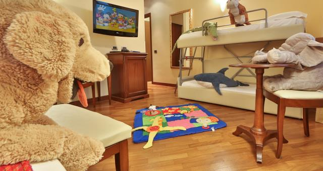 Family room suitable for families with children at the Hotel Metropoli in Genoa